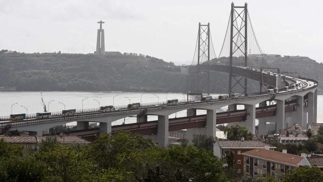 """Acidente obriga ao """"corte total"""" da circulação na Ponte 25 de Abril"""