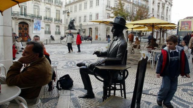 Marquês de Pombal ou Pessoa a receberem turistas em Lisboa e no Porto