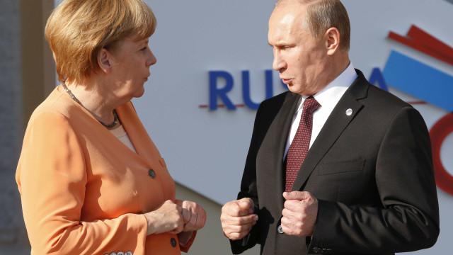 """Putin pede a Merkel que dissuada a Ucrânia de cometer """"atos irrefletidos"""""""