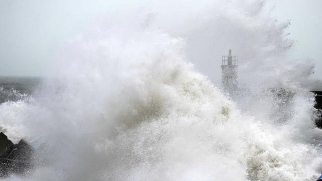 Mar galga até à estrada em Faro. Trânsito condicionado