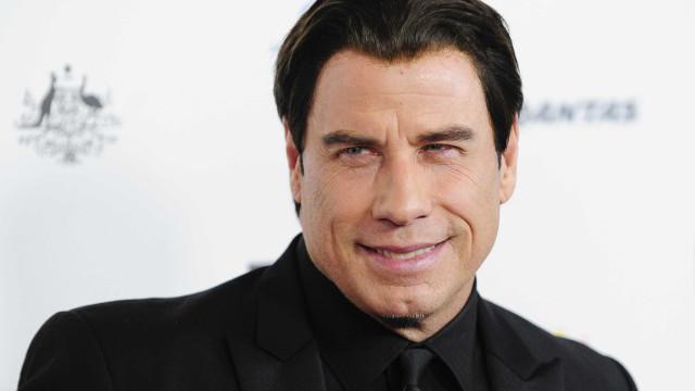 John Travolta sobe ao palco para atuar em concerto de Foo Fighters