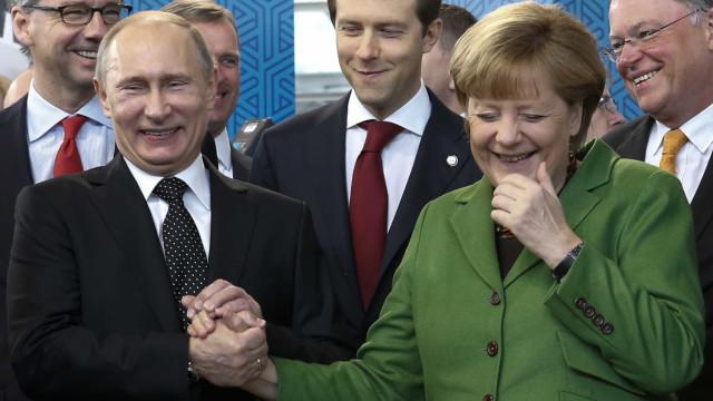 """Merkel considera """"inviável"""" regresso da Rússia ao G7"""
