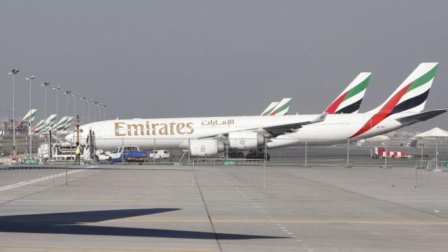 Jovem expulsa de avião da Emirates devido a dores menstruais