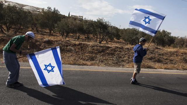 Cocó de cadela causa guerra entre filhos de primeiros-ministros de Israel