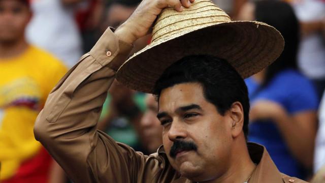 Centenas saem à rua em Madrid em defesa de Maduro