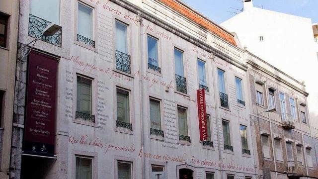 'Os deuses debruçam-se no parapeito da escada' na Casa Fernando Pessoa