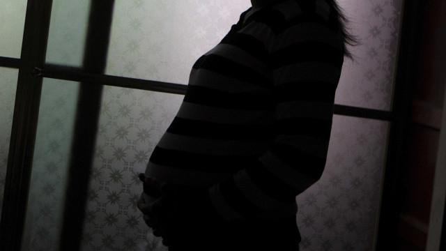 Mulher obrigada a dar à luz depois de namorado lhe atear fogo
