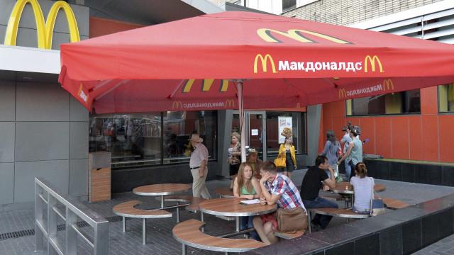 Trabalhadores do McDonald's recebem menos 21 milhões do que o CEO