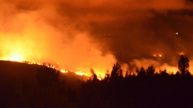 """Aldeia de Biscaia evacuada. """"Chamas lavram com muita intensidade"""""""