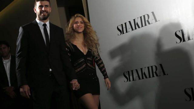 Shakira e Piqué mostram que está tudo bem e trocam carinhos