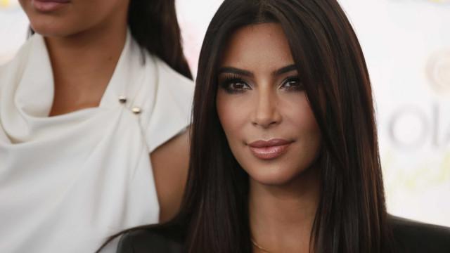 Kim Kardashian exibe marcas causadas pela psoríase