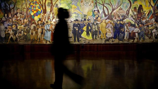 Exposição 'A partir do Surrealismo' presta homenagem à arte portuguesa