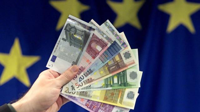 Euro sobe face ao dólar e à libra