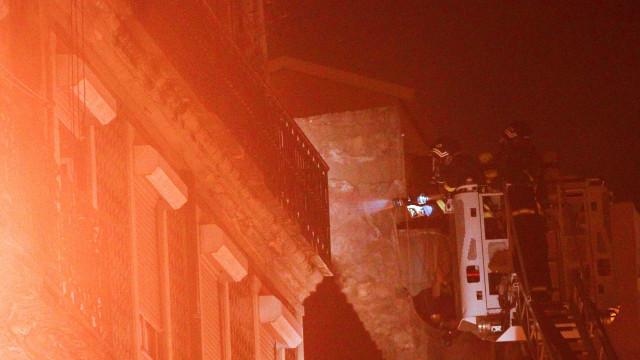 Chamas deflagram em edifício devoluto em Lisboa