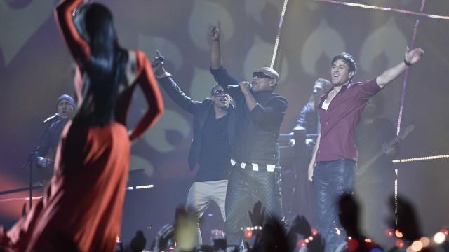 Enrique Iglesias canta abraçado a uma fã