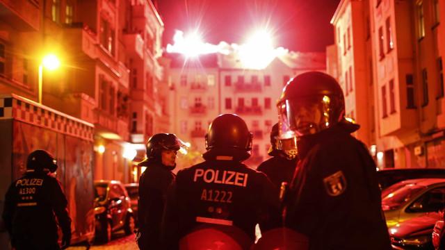 Operação policial em Berlim. Centro comercial e transportes parados