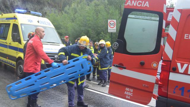 Criança morreu atropelada nos Açores enquanto apertava os sapatos