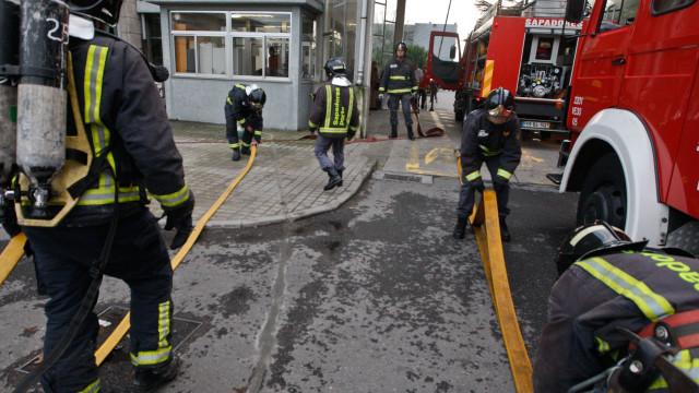 Incêndio deflagra em prédio de 12 andares em Sacavém
