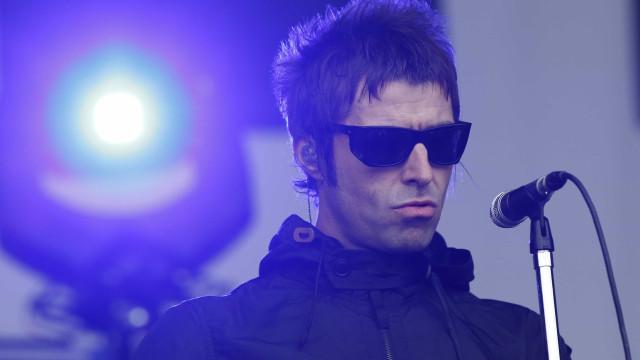 Homem aproveita concerto de Liam Gallagher para trabalhar
