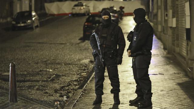 Polícia abatido na Bélgica. Caça ao homem levou à detenção de um suspeito