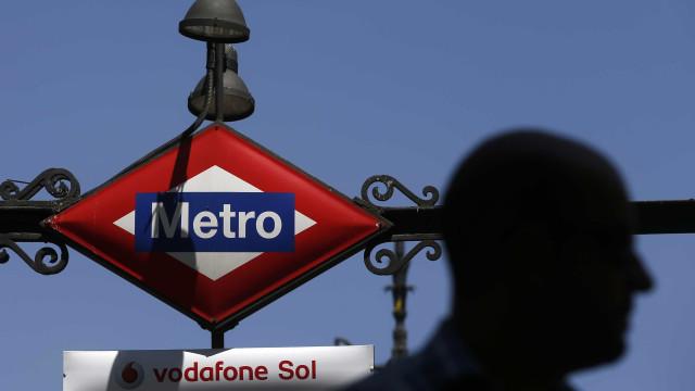 Menino perdeu as pernas no Metro de Madrid. Trata-se de um jogo trágico