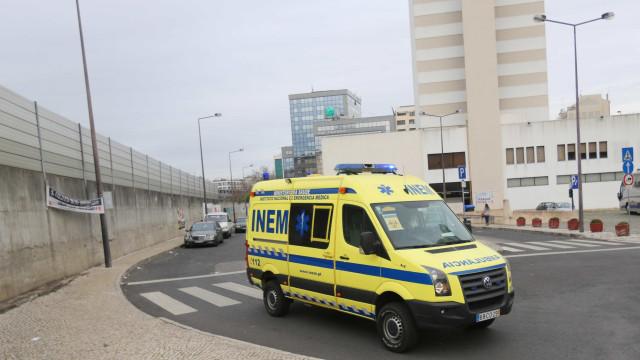 Mulher ferida em capotamento após colisão no Parque das Nações