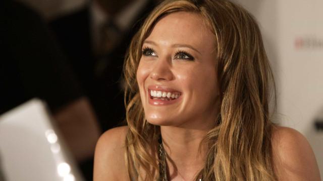 Hilary Duff anuncia nascimento da filha e revela nome e foto da menina