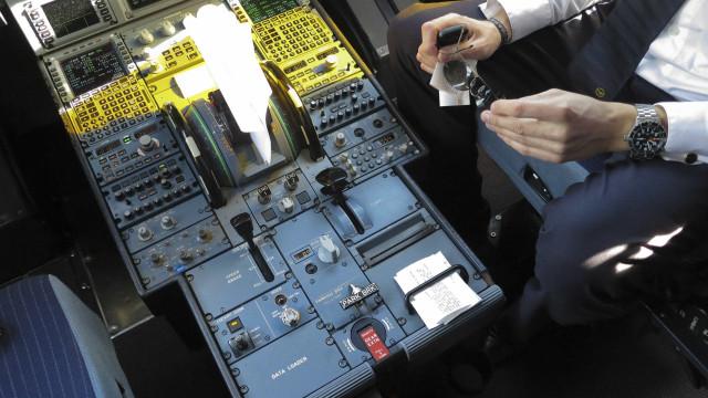 Luta no cockpit poderá ter levado à queda do avião da EgyptAir
