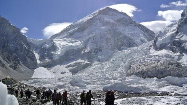 Três alpinistas morreram ao tentar escalar o Monte Everest