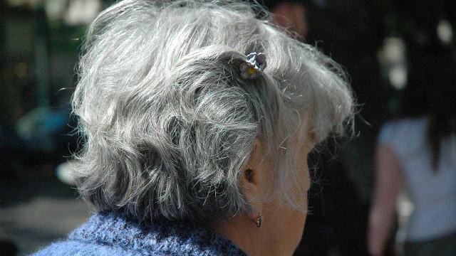 Homens invadem casa de idosa e com recurso à violência roubam-na