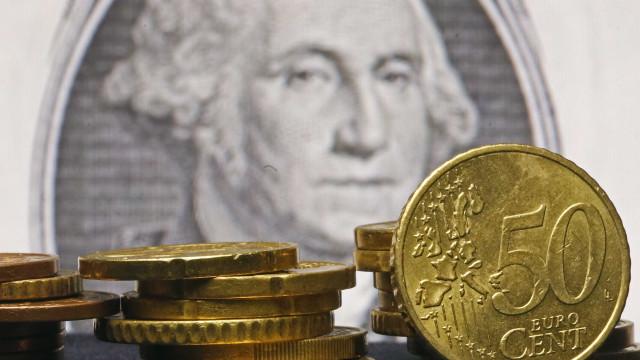 Euro sobe face ao dólar e libra recua