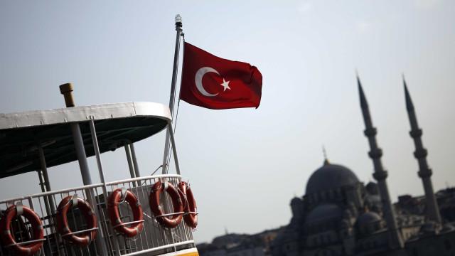 Mais 107 juízes e procuradores afastados e detidos na Turquia