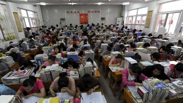 China condena seis pessoas à prisão por cábulas em exame