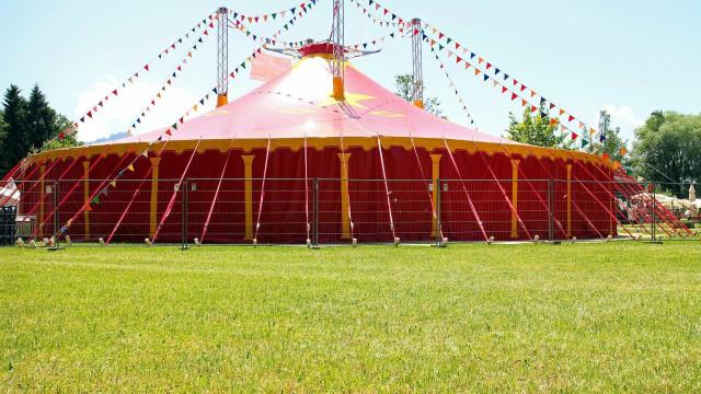 """Acrobatas vão """"voar"""" ao som da música numa tenda de circo em Monchique"""