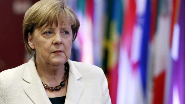 Merkel vai procurar soluções à escala europeia para crise migratória