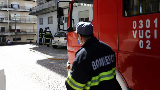 Três bombeiros feridos em fogo no quartel de Ferreira de Zêzere