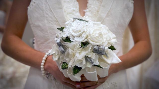 Onze homens casaram com a mesma mulher, que depois fugia com o dinheiro