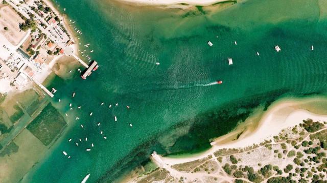 Vídeo mostra costa de Tavira inundada de lixo