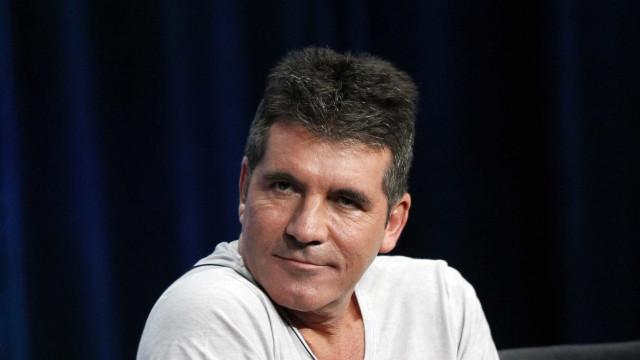 Simon Cowell hospitalizado após cair pelas escadas