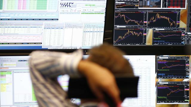 Europa negoceia em alta, embora atenta a sinais vindos da Fed