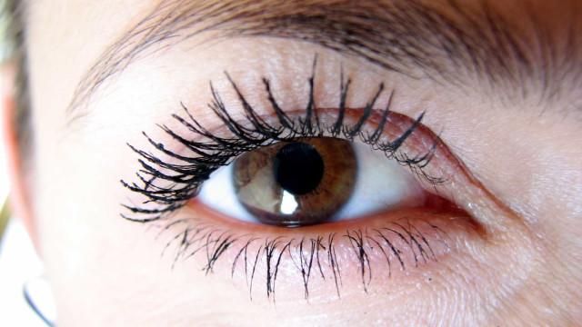 O que acontece aos seus olhos quando não tira a maquilhagem?