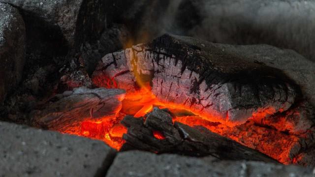 Casal queimado em lareira numa aldeia de Bragança. Mulher morreu
