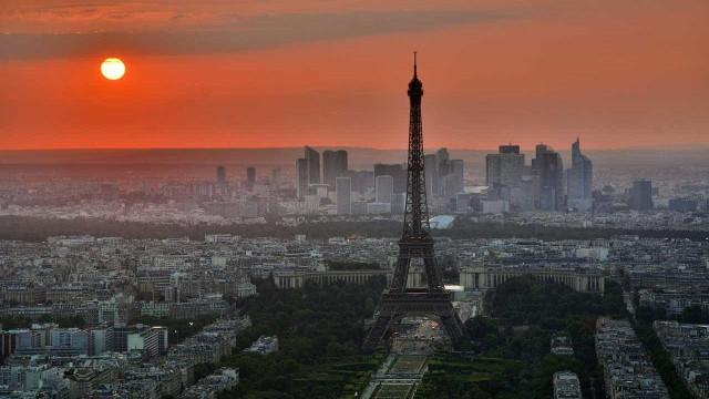 Detido homem com arma branca quando tentava entrar na Torre Eiffel