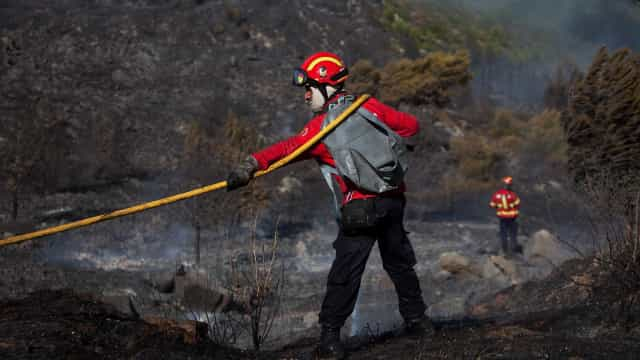Chuva dá descanso aos bombeiros. 'Só' há três incêndios ativos no país