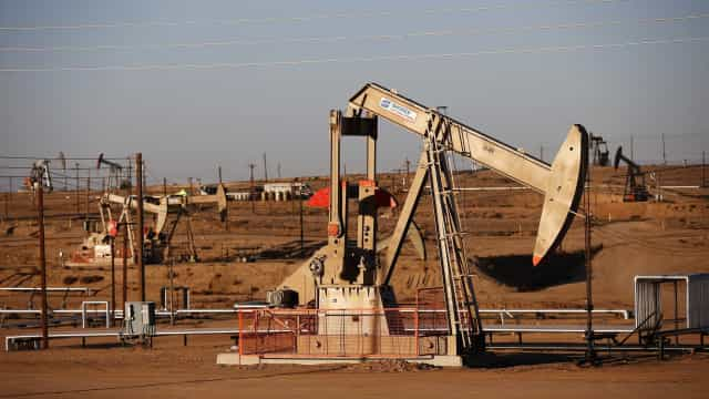 Petróleo afasta-se de máximos de oito meses na manhã de terça-feira
