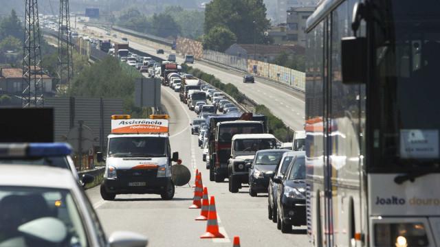 Camião despista-se na A4 e corta acesso à A28