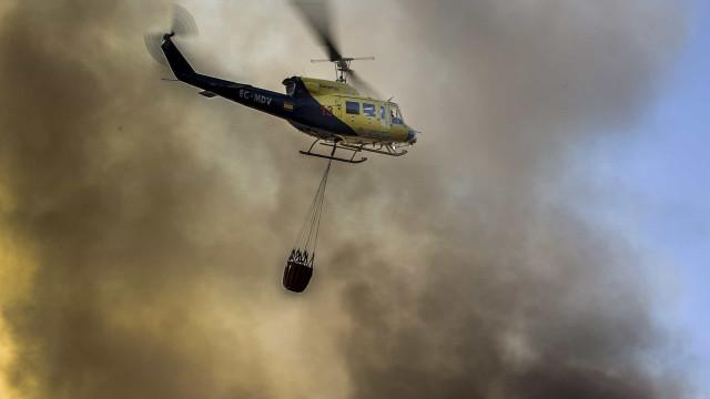 Cerca de 300 bombeiros combatem chamas em Castelo de Paiva