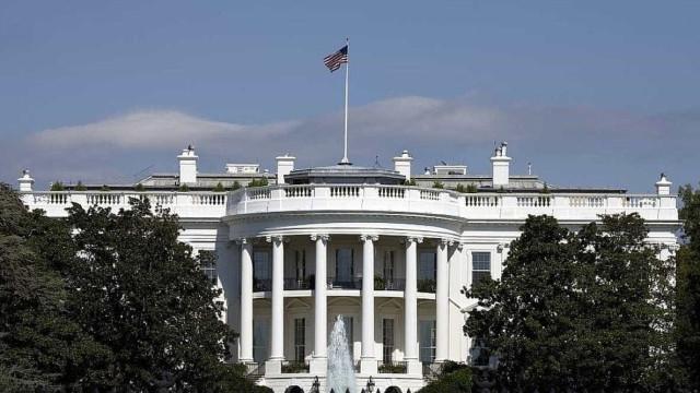 Carro bate nas barreiras de segurança e deixa a Casa Branca em alerta