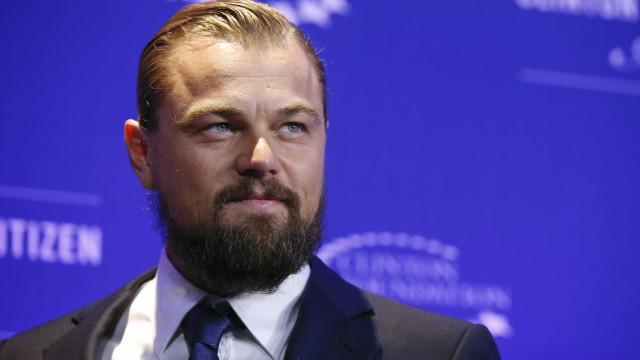 Rodeado de mulheres, Leonardo DiCaprio diverte-se na noite