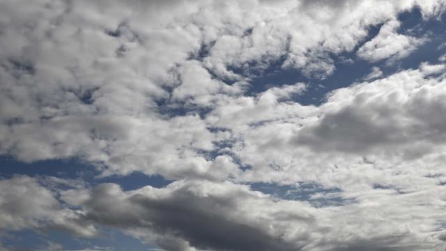 Semana começa com sol... muitas vezes escondido pelo céu nublado